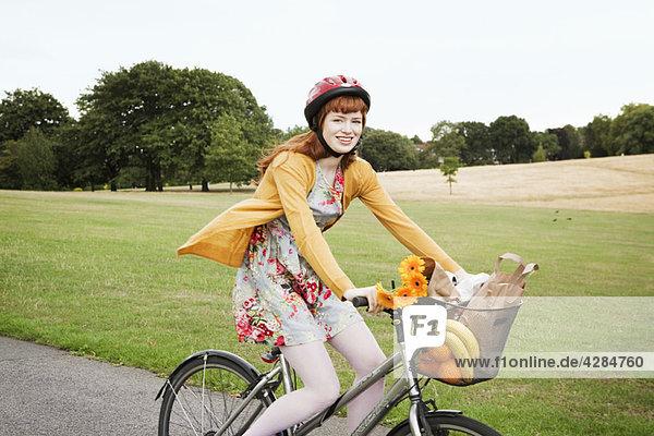 Frau beim Radfahren im Park