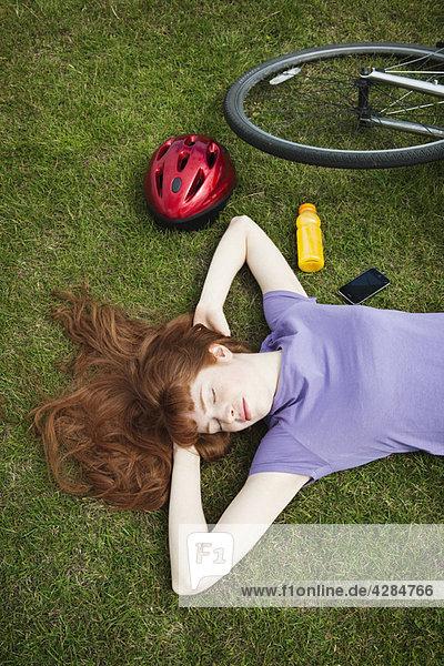 Frau entspannt sich vom Bikeride im Park