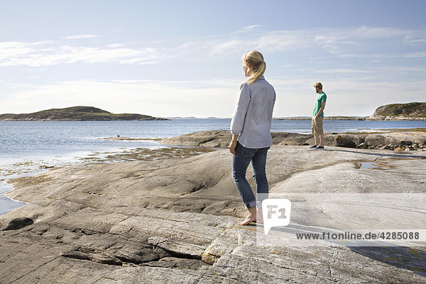 Mann und Frau mit Blick aufs Meer