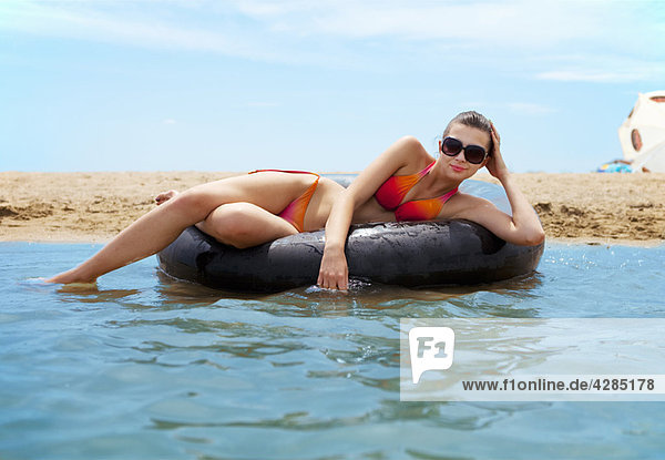Frau beim Schwimmen am Strand