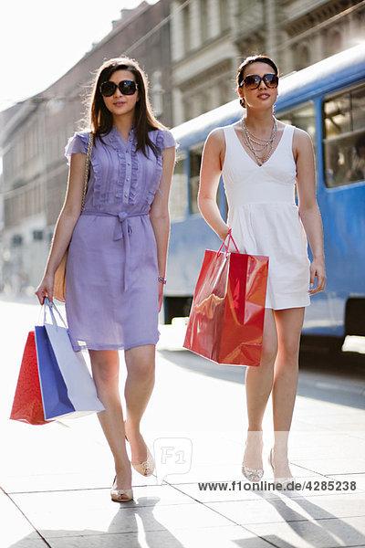 Junge Frauen beim gemeinsamen Einkaufen