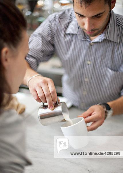 Barkeeper macht Kaffee für Frauen