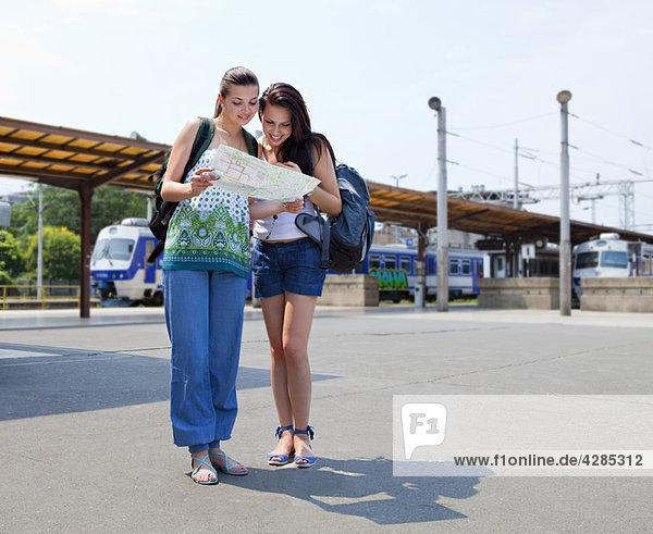 Junge Frauen auf der Karte