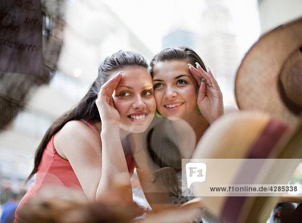 Junge Frauen Schaufensterbummel