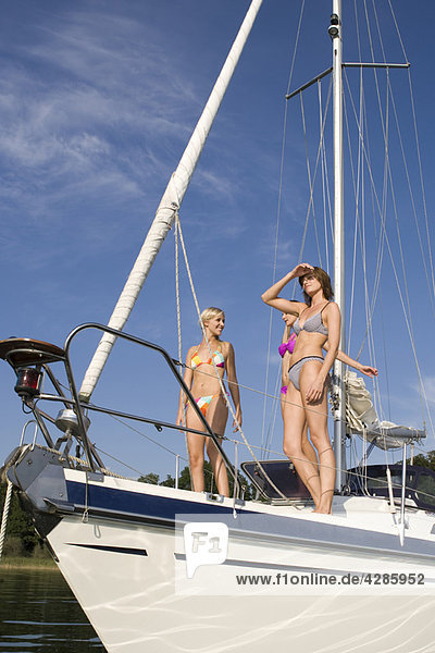 Mädchen  die auf dem Boot stehen