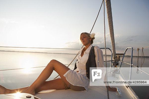 Mädchen auf dem Boot sitzend