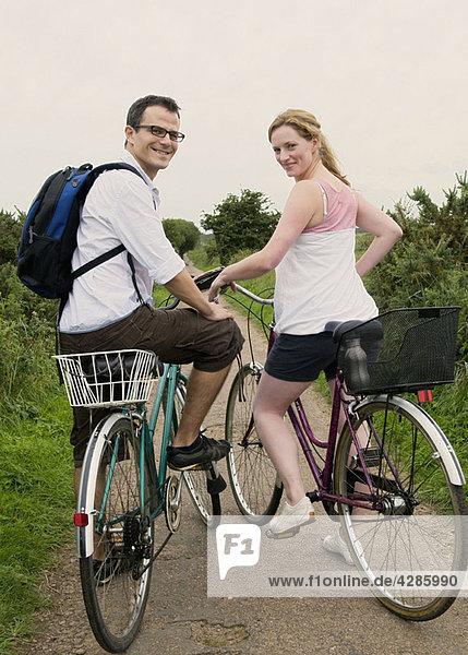 Glückliches Paar bereitet sich auf das Fahrrad vor
