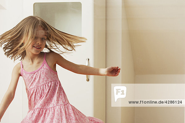 Kleines Mädchen tanzt zu Hause Kleines Mädchen tanzt zu Hause