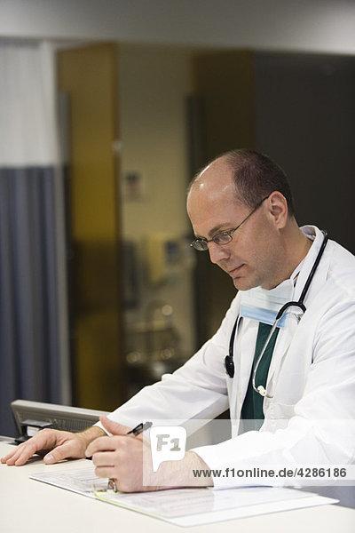 Arzt konzentriert sich auf den Papierkram