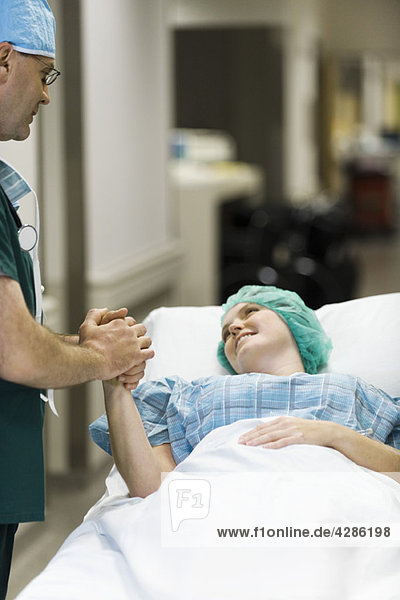 Arzt beruhigt den Patienten