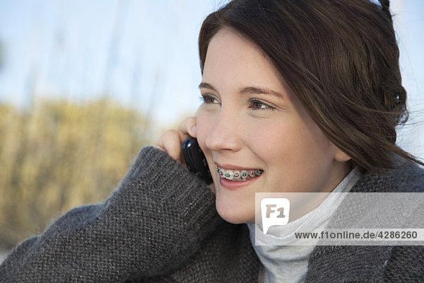 Teenagerin spricht am Handy