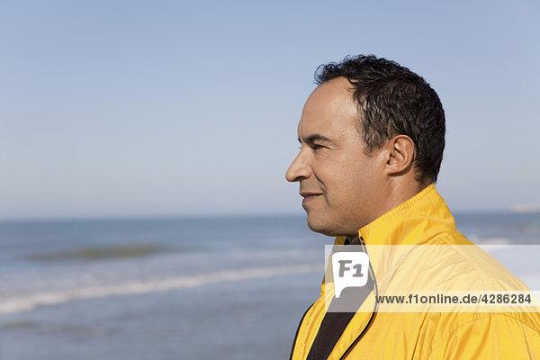 Mann schaut auf den Ozean  Porträt