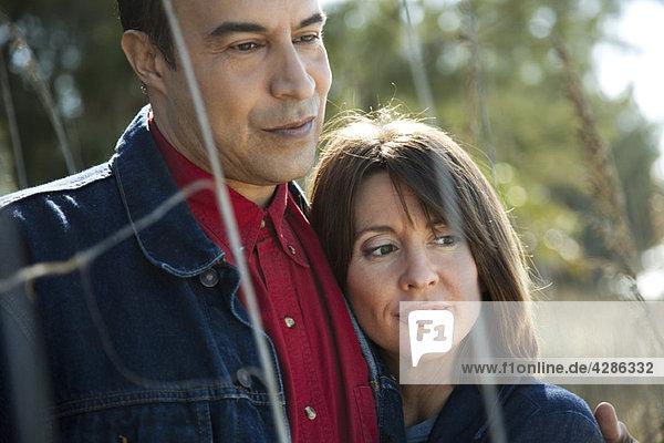 Reife Paare beim gemeinsamen Entspannen im Freien  Portrait