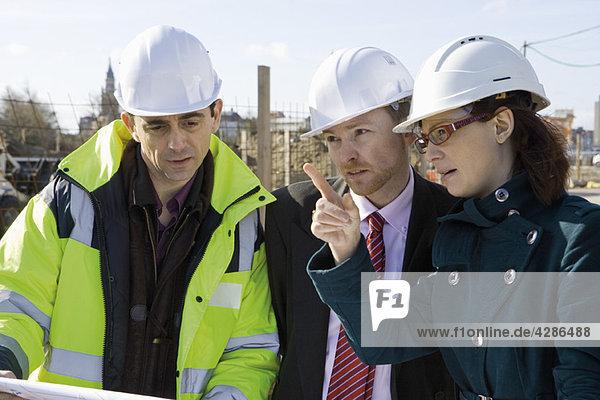 Bauunternehmer und Unternehmer im Gespräch