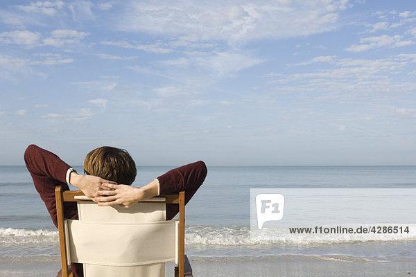 Entspannen im Sessel am Strand  Blick auf die Aussicht