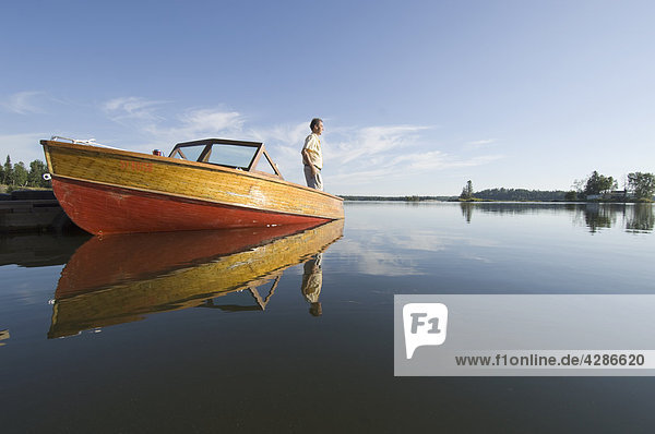 Mann Stand in Mahagoni Motorboot  Gunn Lake  Ontario