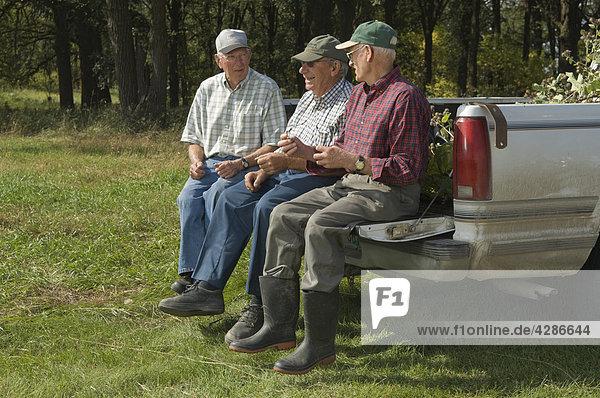 Drei senior Männer sitzen auf der Heckklappe eine Pickup Truck in Manitoba  Kanada