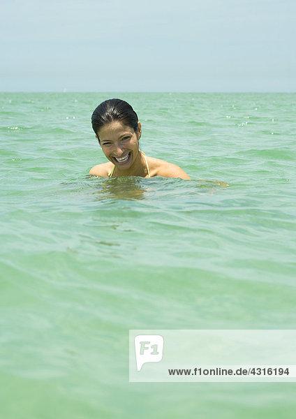 Frau im Meer  lachend