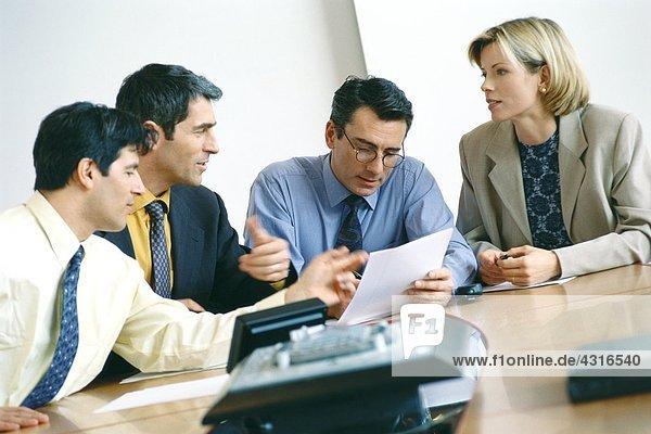Geschäftskollegen diskutieren Dokument