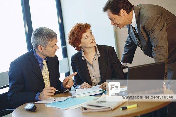 Geschäftskollegen  die am Tisch arbeiten