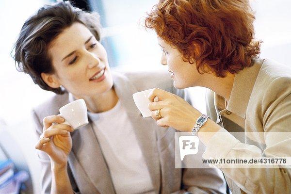 Zwei Geschäftsfrauen beim Kaffeetrinken