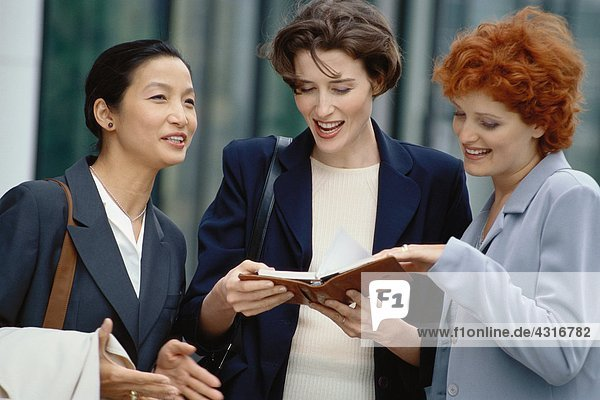 Drei Geschäftsfrauen auf der Agenda
