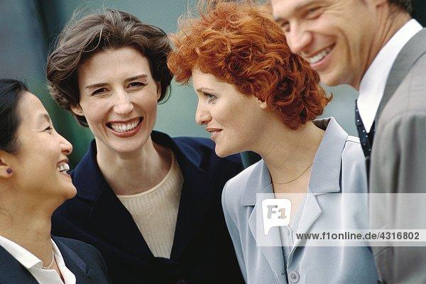 Geschäftsteam steht zusammen  lacht  porträtiert