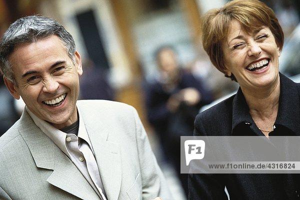 Reife Paare lachend