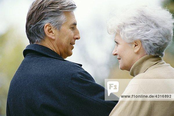 Seniorenpaar  die sich gegenseitig anschauen