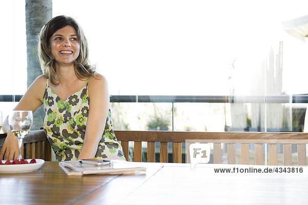 junge Frau junge Frauen Entspannung Glas Wein Restaurant