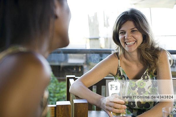 Junge Frau Getränke mit Freund