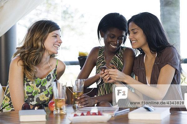 Freunde freigeben Kopfhörer hören Musik zusammen