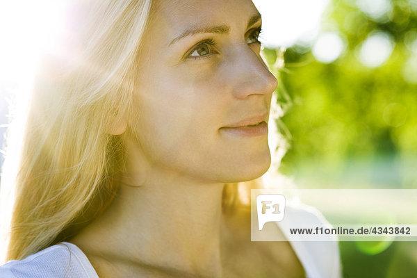 Junge Frau im Sonnenlicht  Portrait