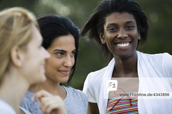 Junge Frau mit Freunden  Portrait