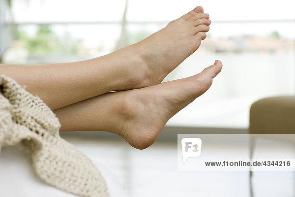 Füße einer Frau, Beine gekreuzt am Knöchel