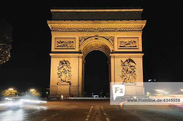 Frankreich  Paris  Arc de Triomphe bei Nacht