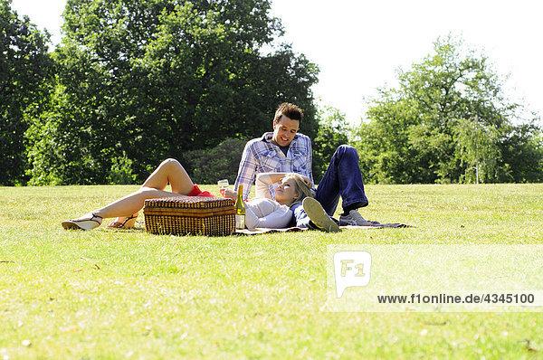 Pärchen beim Picknick im Park