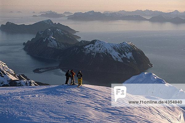 Luftbild von 3 Extremskifahrer Ridge Kenai CT @ Sunrise w/Resurrection Bay in ferne Alaska Winter