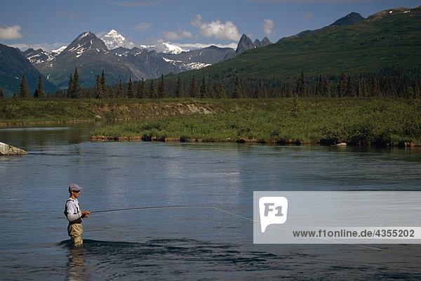 Mann Fliegenfischen auf Lake Creek SC Alaska Sommer