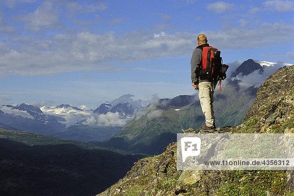 Wanderer auf Tundra Ansichten Szene Thompson Pass SC AK Sommer Chugach Mountains