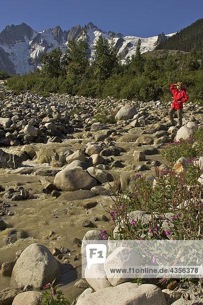 Wanderer genießt die Landschaft während auf der White Pass Trail Heli-Wanderung-Wanderung im Tongass National Forest in der Nähe von Skagway  Alaska