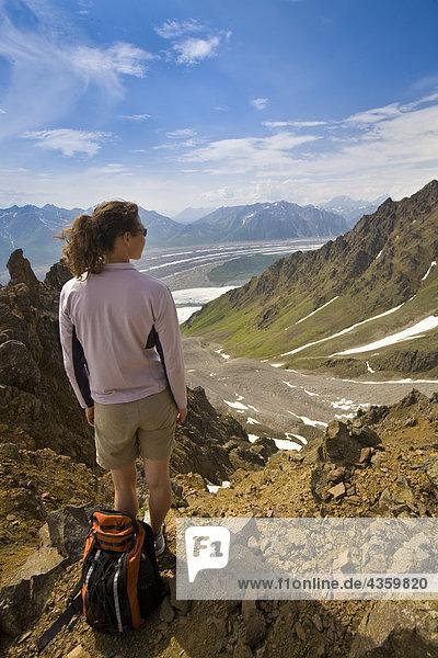 Frau stehend auf Bergrücken mit Blick auf die Wurzel und Kennicott Gletscher im Wrangell-St. Elias Nationalpark  Alaska
