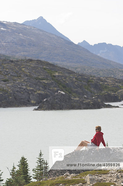Weibliche Wanderer geniesst eine Sicht Lakeside an den Klondike Gold Rush National Historic Park nördlich von Skagway  Alaska