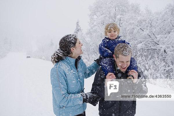 Einige dauern jungen Sohn für eine outdoor Spaziergang im Winter in Pedro Bay,  Alaska.