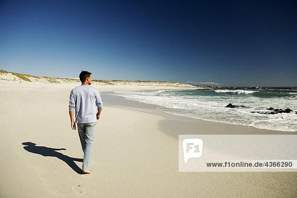 Mann am Strand  Rückansicht
