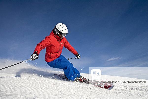 Ski  Frau  Skifahren  Sport  Winter  Wintersport  Carving  Skigebiet  Flachau  Salzburg  Oesterreich  Österreich