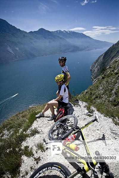 Mountainbiking  Gardasee  Pregasina  Trentino  Italien  Radfahren  Velo  Velofahren  Mann  Tour  Sport  Rast  Pause  Alpen  Frau