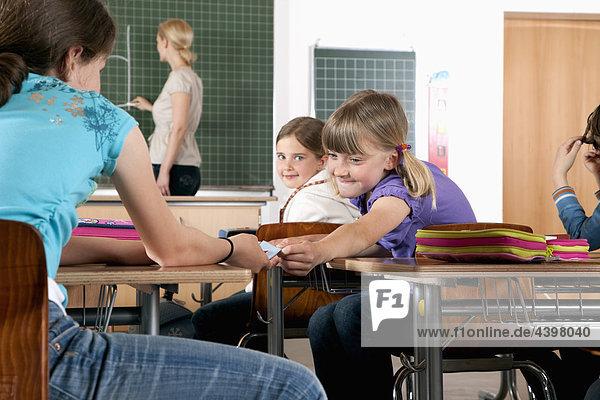 junge Mädchen little Hinweis Freund im Klassenzimmer