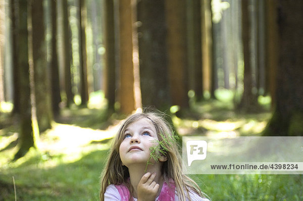 stehend Portrait Wald jung Mädchen