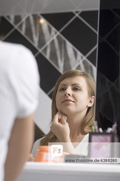 Poritrait jungen Frau anwenden-Make-up